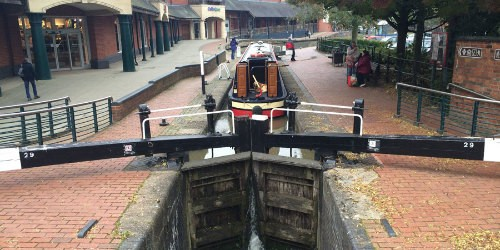 A boat going through the lock in Banbury