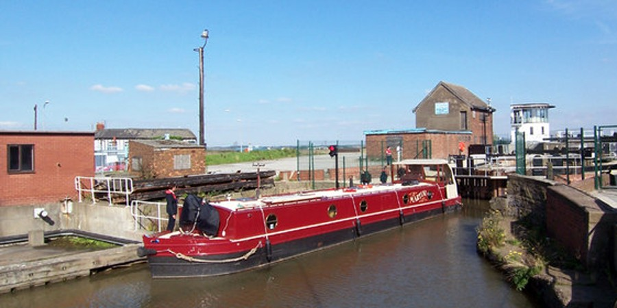 Boat entering lock on Stainforth & Keadby Canal