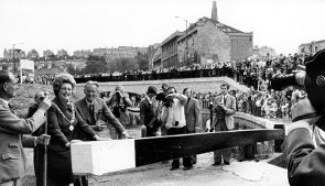 Black and white photo of crowds at locks on Kennet & Avon