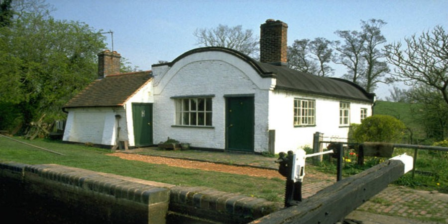 White lock cottage on Stratford-Upon-Avon canal