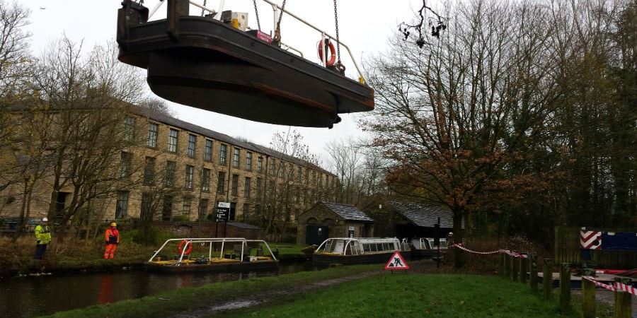 Standedge Boats Crane Lift