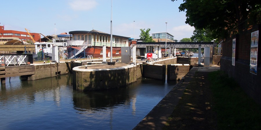 photo of thames lock brentford