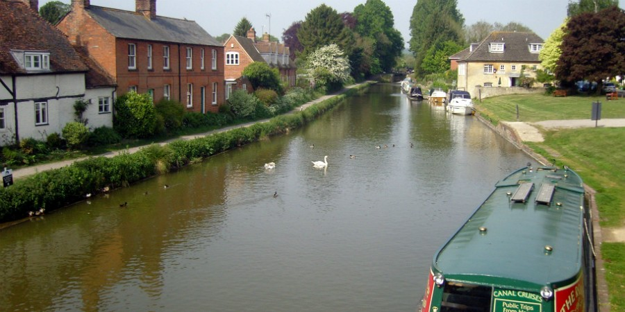 Boating through Hungerford