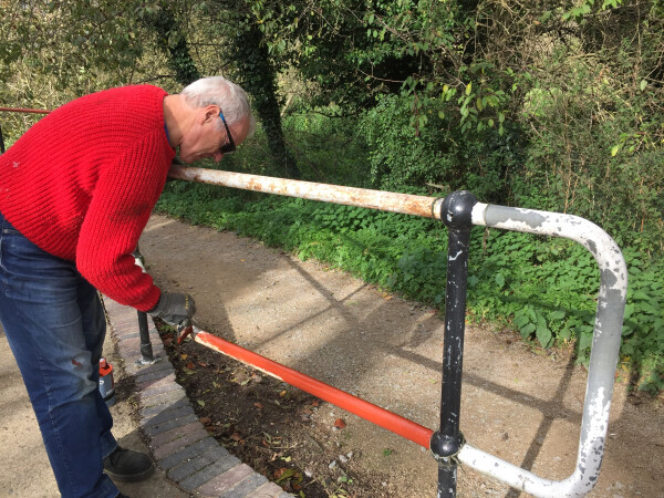 Undercoating the railings, Harlow Mill lock by Andrew Organ